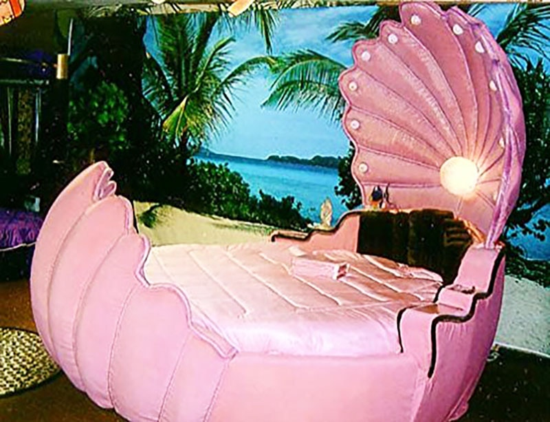 This gigantic bed shaped like a seashell