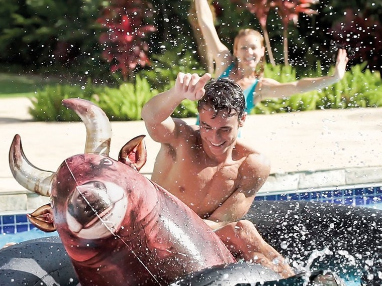 This inflatable bullthat turns your pool into a rodeo