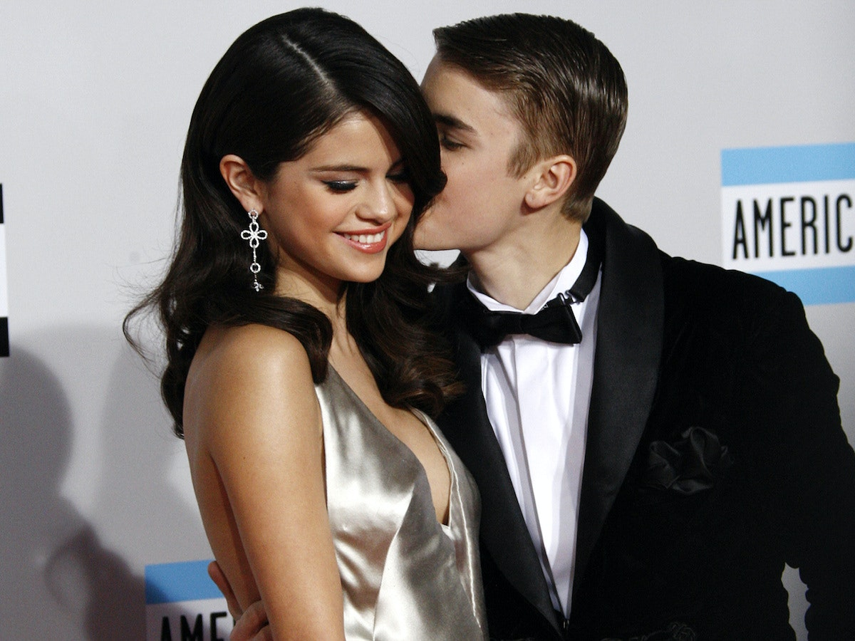 How is justin bieber dating right now