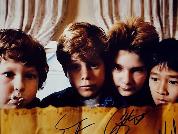 A signed cast photo from The Goonies⚓☠️💎