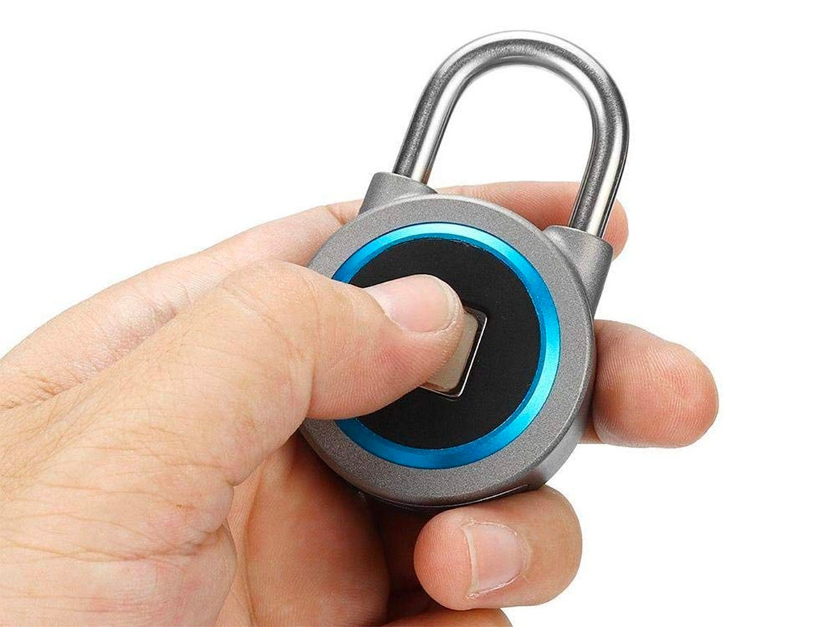 This Bluetooth padlock that opens with your thumb🔐