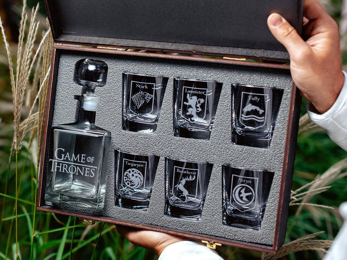 This stunning, etched GoT decanter set🍸