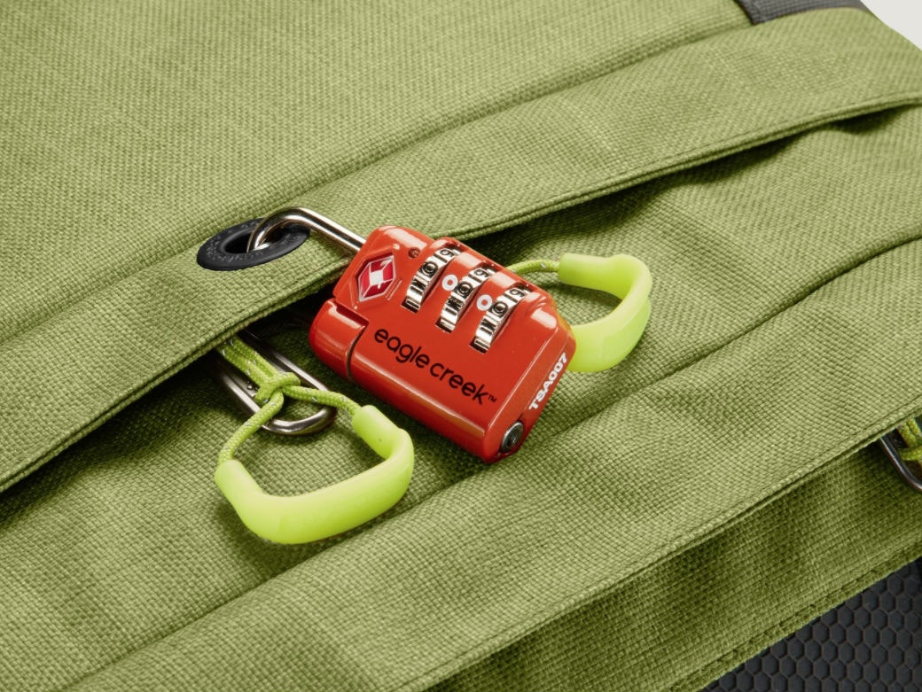 This simple lock to keep your backpack (and other bags) safe 🔐