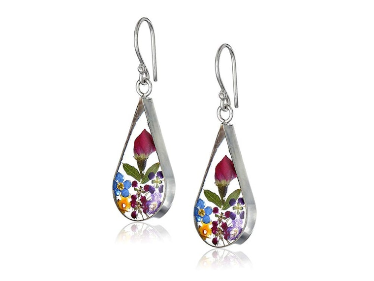 These earrings made with real flowers 💐
